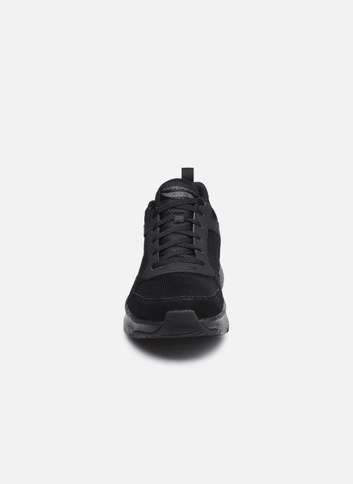 Sneakers Skechers Arch Fit Nero modello indossato