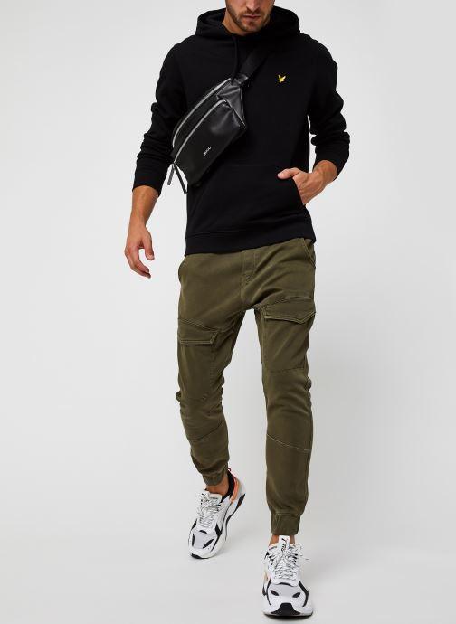 Vêtements Lyle & Scott LS Pullover Hoodie Noir vue bas / vue portée sac