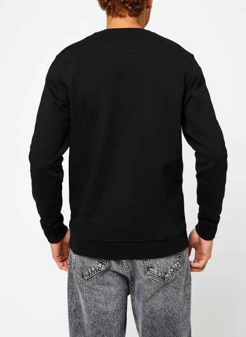 Vêtements Lyle & Scott Crew Neck Sweatshirt Noir vue portées chaussures