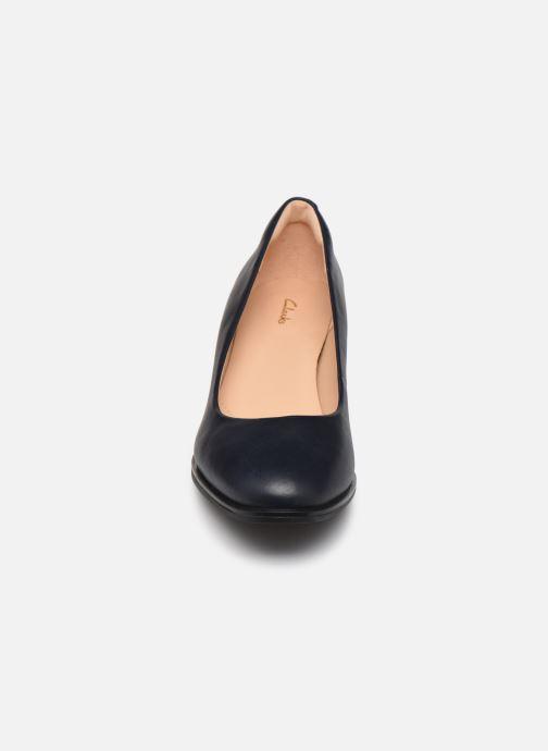 Zapatos de tacón Clarks Kaylin60Court2 Azul vista del modelo