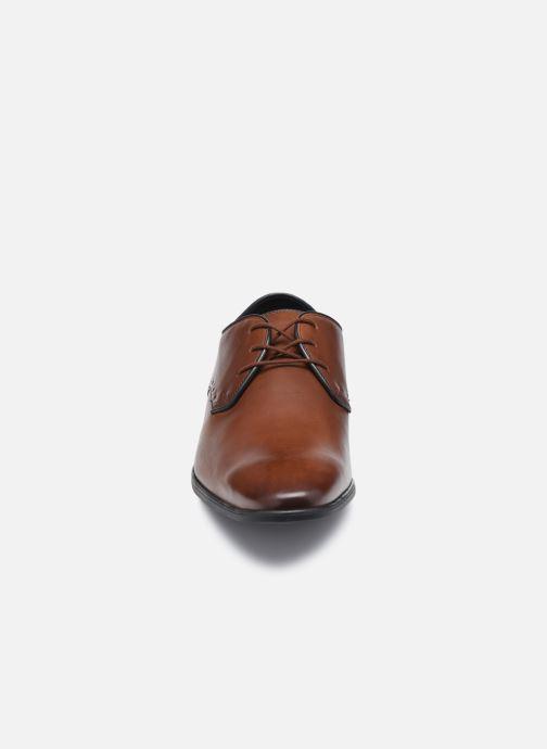 Scarpe con lacci Clarks Bampton Park Marrone modello indossato