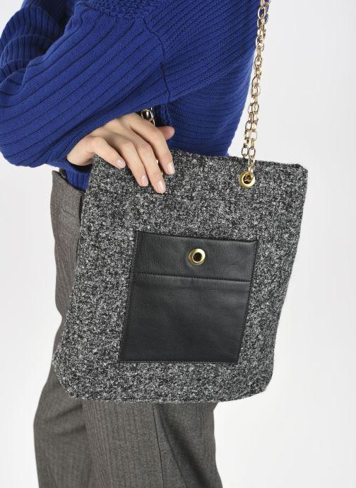 Handtaschen Sabrina Cristina schwarz ansicht von unten / tasche getragen