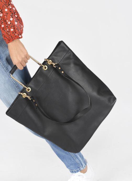 Handtaschen Sabrina Callie schwarz ansicht von unten / tasche getragen