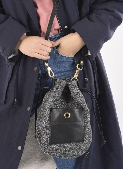 Handtaschen Sabrina April schwarz ansicht von unten / tasche getragen