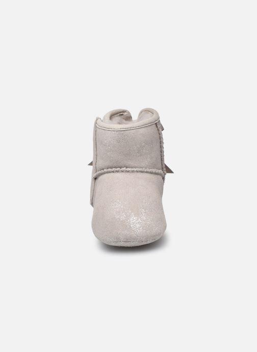 Hausschuhe UGG Jesse Bow II Shimmer silber schuhe getragen
