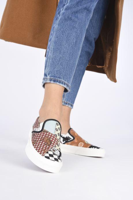 Sneaker Vans UA Classic Slip-On II braun ansicht von unten / tasche getragen