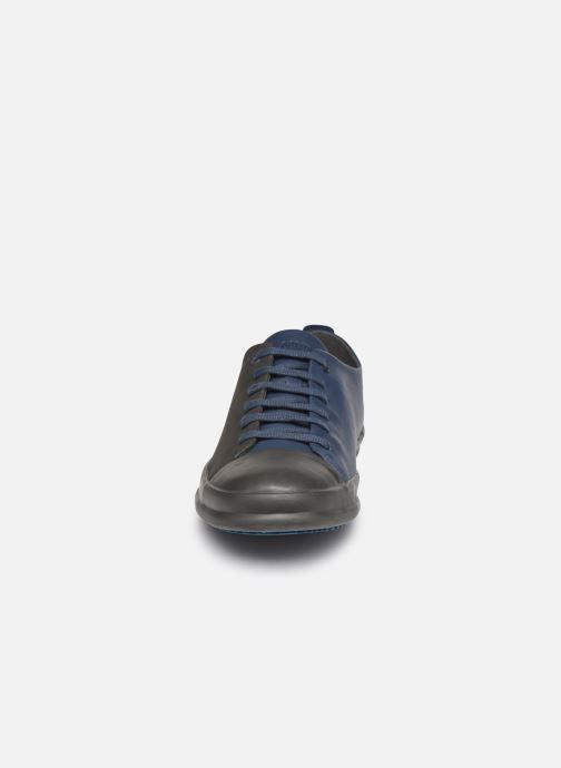Sneakers Camper Twins Low Grigio modello indossato
