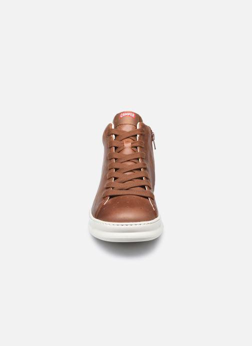 Sneakers Camper Runner Four A Marrone modello indossato