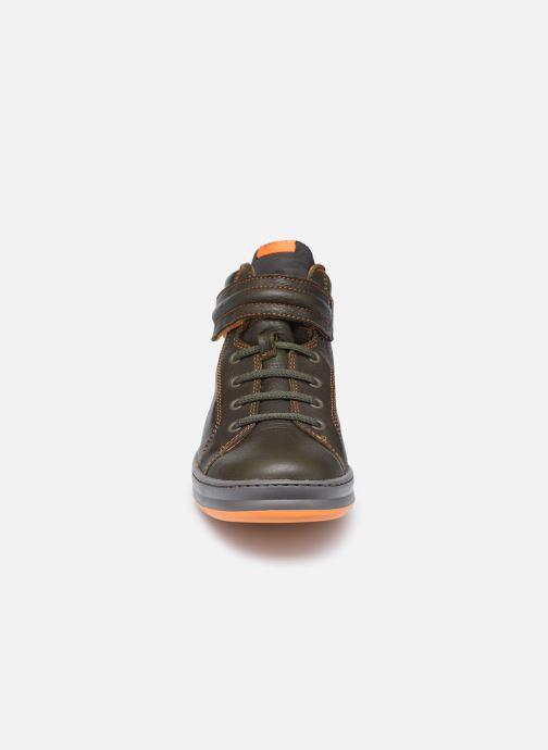 Sneakers Camper Runner Kids High Verde modello indossato