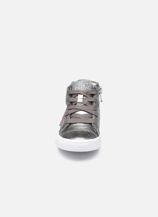 Sneakers Clarks City Myth T Argento modello indossato