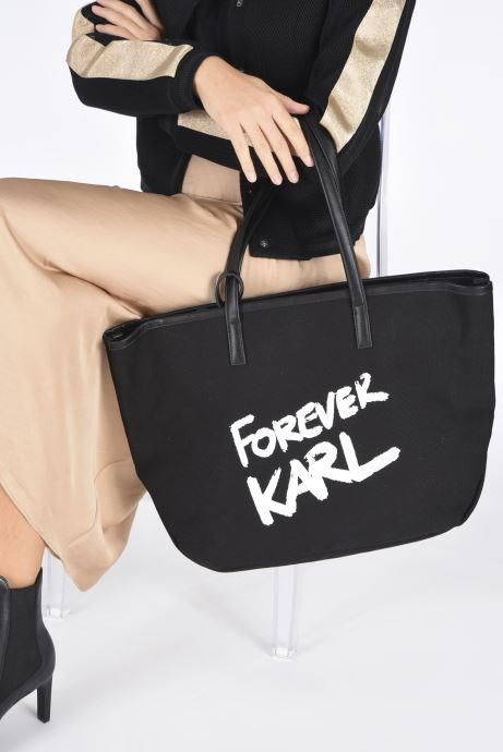 Handtaschen Karl Lagerfeld Karl Forever Canvas Shopper schwarz ansicht von unten / tasche getragen
