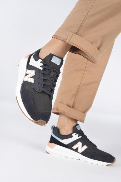 Sneaker New Balance WS009 schwarz ansicht von unten / tasche getragen