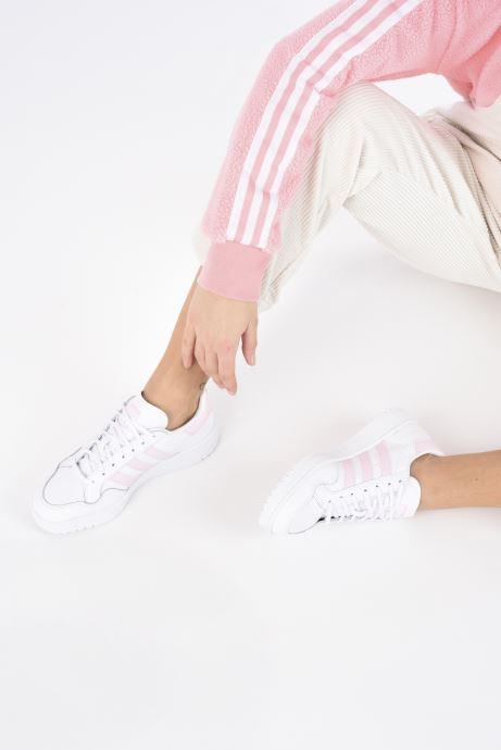 Sneaker adidas originals Team Court W weiß ansicht von unten / tasche getragen