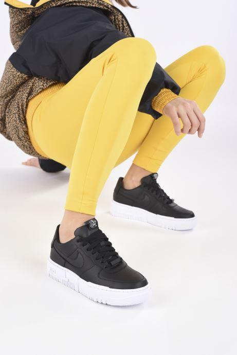 Sneaker Nike W Af1 Pixel schwarz ansicht von unten / tasche getragen