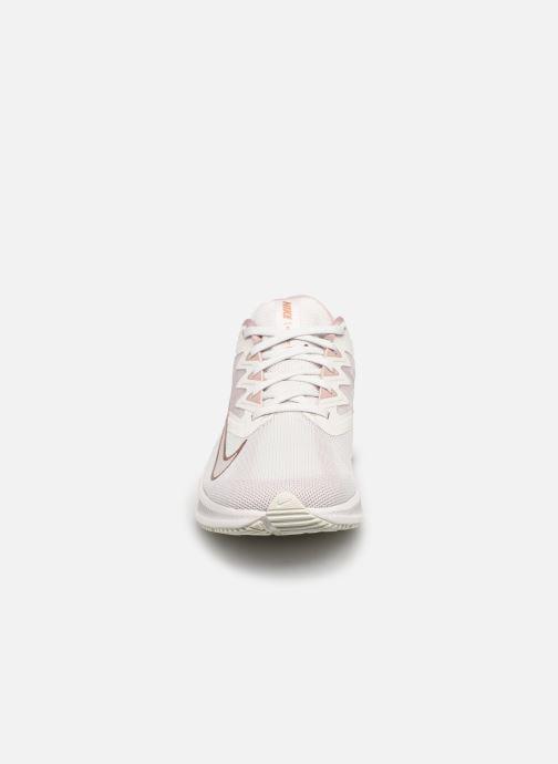Baskets Nike Wmns Nike Quest 3 Rose vue portées chaussures