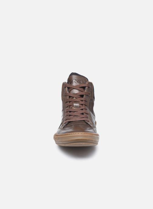 Sneakers Kickers Jirofare Hi Marrone modello indossato
