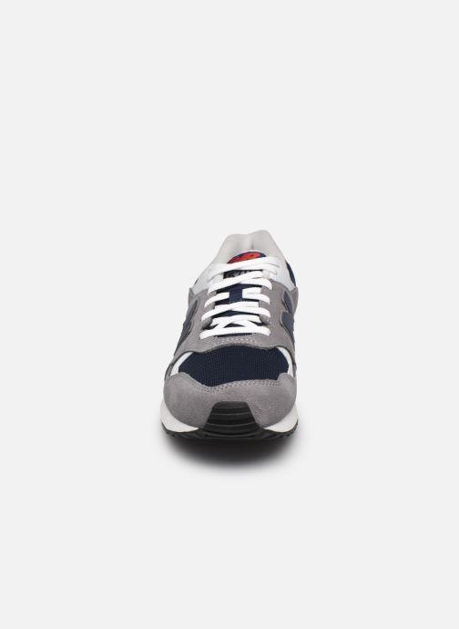 Baskets New Balance ML570 D Gris vue portées chaussures