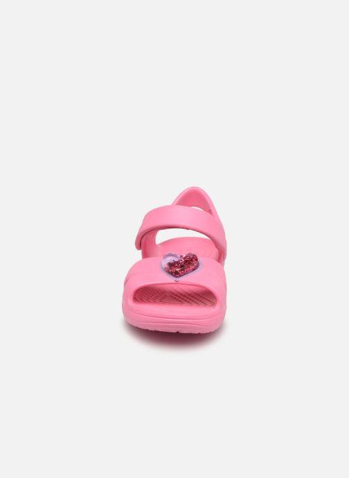 Sandalen Crocs Classic Cross Strap Charm Sandal T rosa schuhe getragen