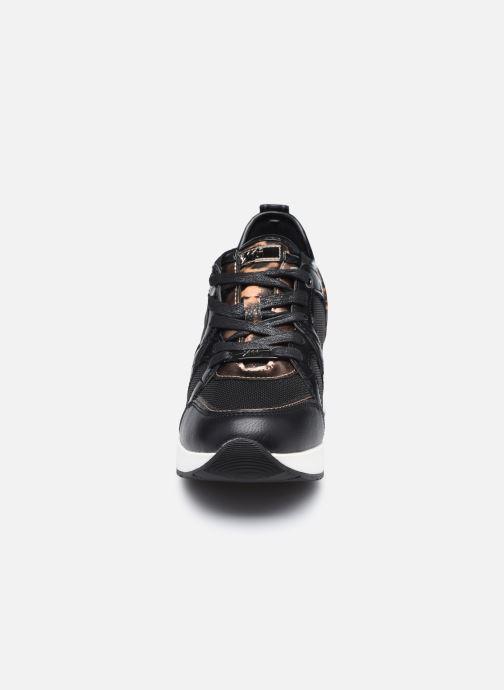 Sneakers Xti 44567 Nero modello indossato