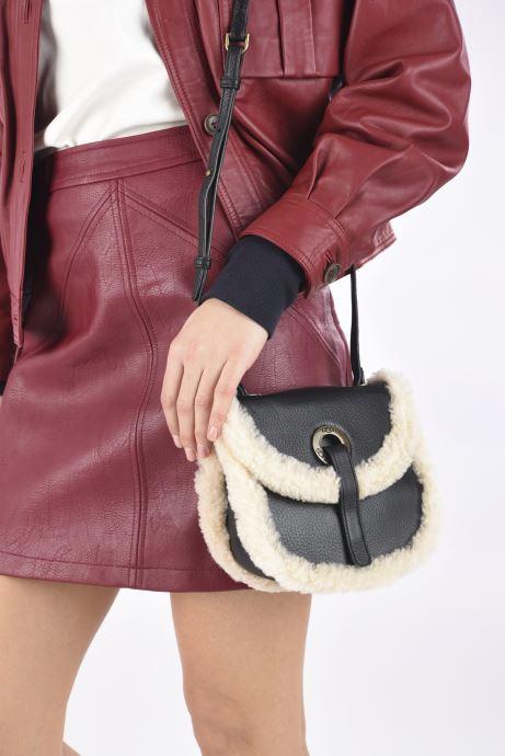Handtaschen UGG Heritage Crossbody Leather schwarz ansicht von unten / tasche getragen