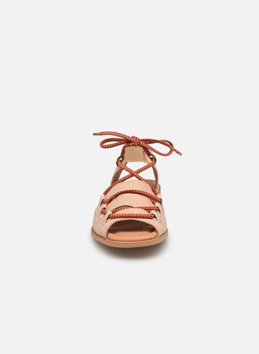 Sandalen Naguisa Lava beige schuhe getragen