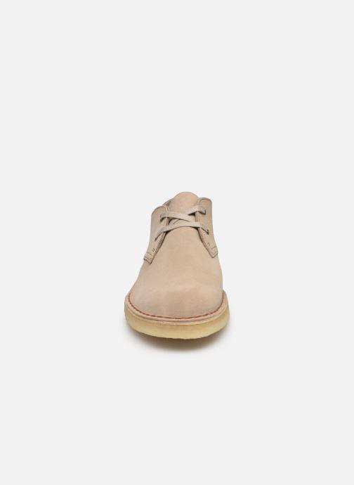 Scarpe con lacci Clarks Originals Desert Khan Beige modello indossato