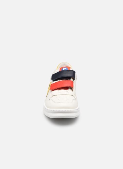 Sneakers Camper Runner Double V Bianco modello indossato
