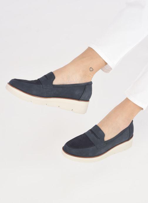Slipper Clarks Unstructured Shaylin Step blau ansicht von unten / tasche getragen