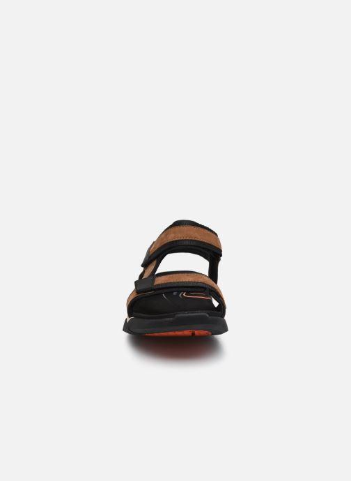 Sandali e scarpe aperte Clarks Unstructured Wave2.0 Jump Marrone modello indossato