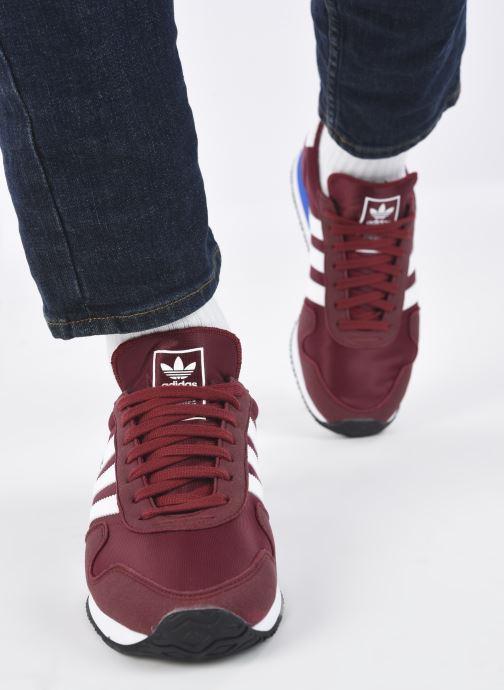 Sneaker adidas originals USA 84 M weinrot ansicht von unten / tasche getragen