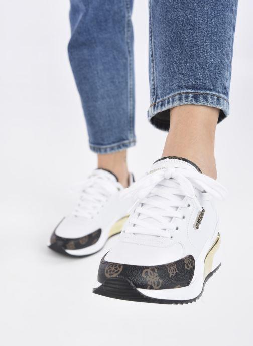 Sneaker Guess MOXEA weiß ansicht von unten / tasche getragen