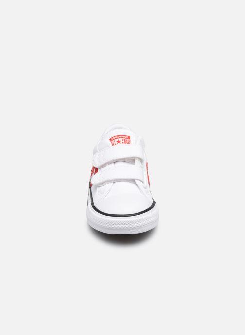 Sneakers Converse Star Player 2V Varsity Canvas Ox Bianco modello indossato