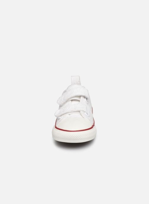 Baskets Converse Chuck Taylor All Star 2V Love Ceremony Ox Blanc vue portées chaussures