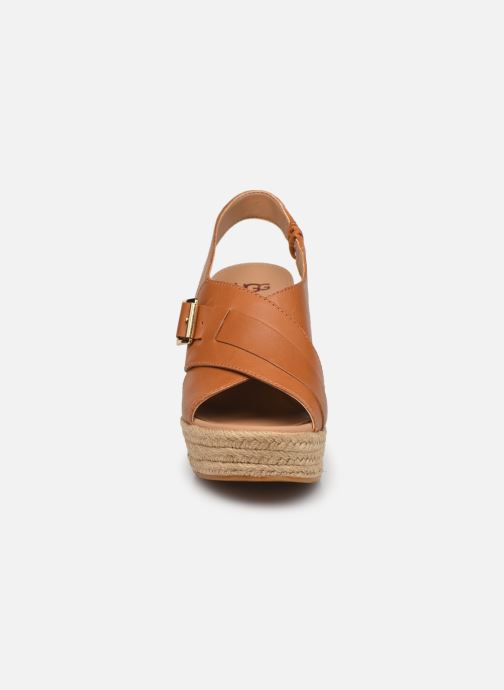 Sandales et nu-pieds UGG Claudeene Marron vue portées chaussures