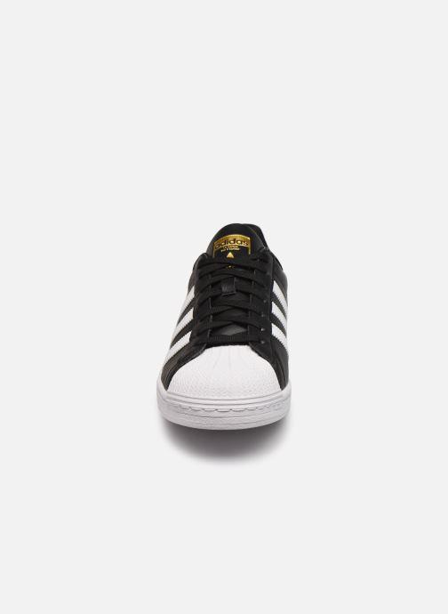 Sneakers adidas originals Superstar Vegan M Nero modello indossato