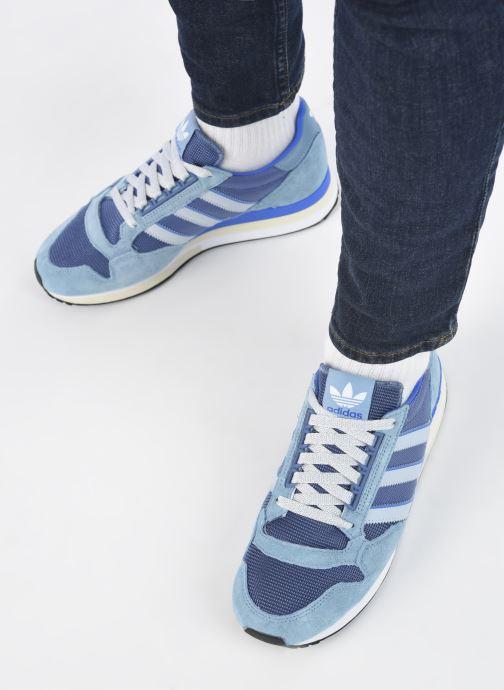 Sneaker adidas originals Zx 500 M blau ansicht von unten / tasche getragen