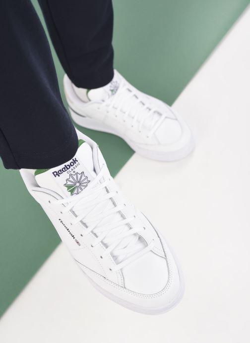Sneaker Reebok Ad Court M weiß ansicht von unten / tasche getragen