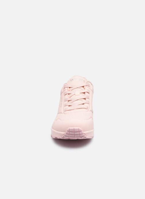 Baskets Skechers UNO FROSTY KICKS Rose vue portées chaussures