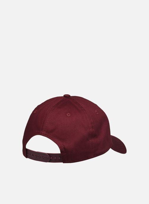 Cappellino New Era League Essential 9Forty Snap Bordò modello indossato