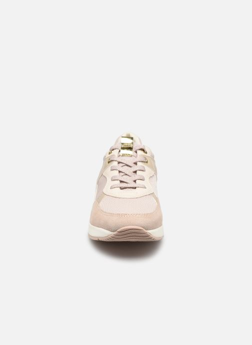 Sneakers Geox BULMYA B Beige modello indossato