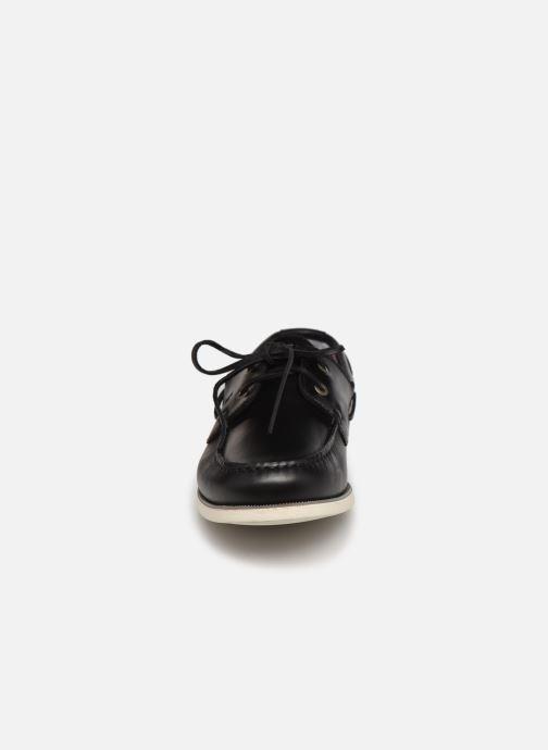 Scarpe con lacci Tommy Hilfiger CLASSIC LEATHER BOAT SHOE Nero modello indossato