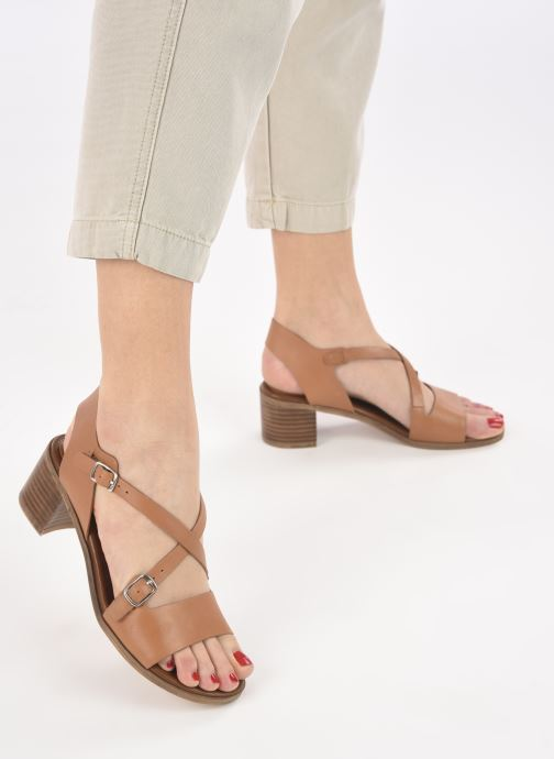 Sandalen Kickers VOLUBILIS braun ansicht von unten / tasche getragen