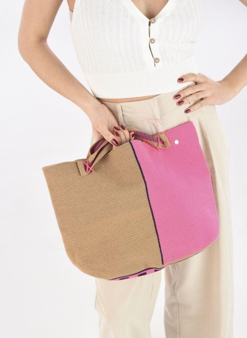 Handtaschen Guanabana Rapsody Bag Stingray rosa ansicht von unten / tasche getragen