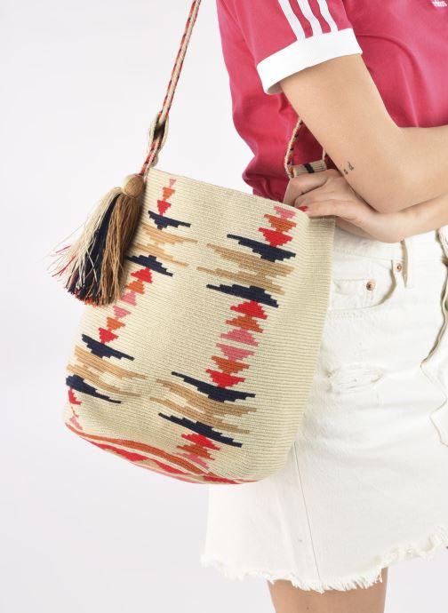 Handtaschen Guanabana Nina Bag Scallare beige ansicht von unten / tasche getragen