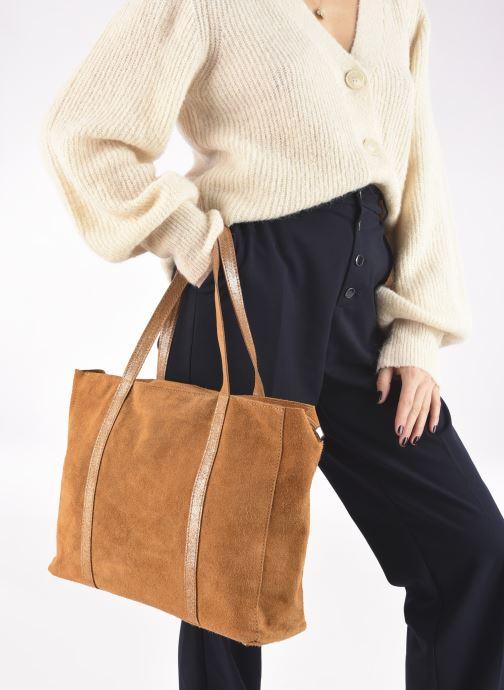 Handtaschen Georgia Rose Maeli braun ansicht von unten / tasche getragen