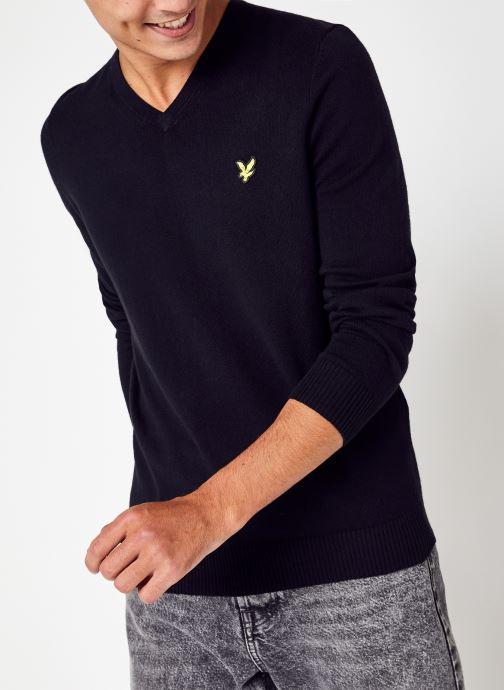 Vêtements Lyle & Scott V Neck Cotton Merino Jumper Noir vue détail/paire